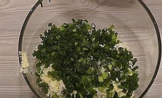 лук с яйцами на терке