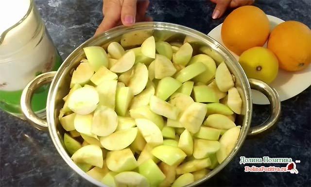 кастрюля с яблоками