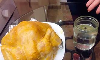 курица и банка с водой