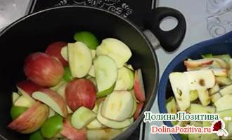 кусочки яблок в кастрюле