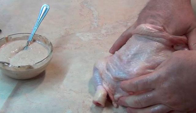 смазываем курицу маринадом