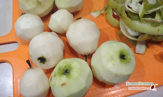 яблоки и груши очищаем