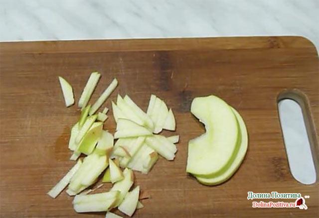 резанное яблоко на полосочки