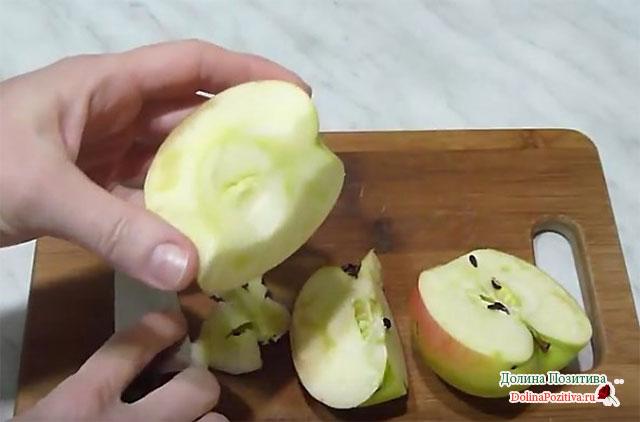 режем яблоко на четвертинки