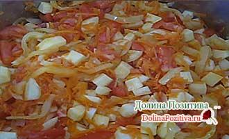 кабачки с овощами обжариваются