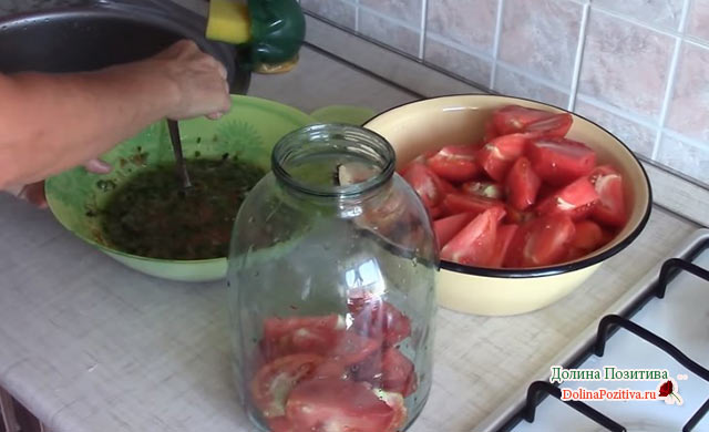 помидоры на дне банки