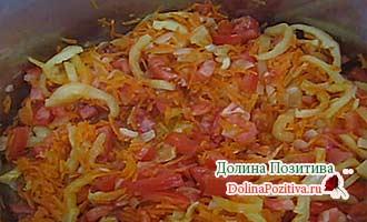 томаты обжариваются с овощами