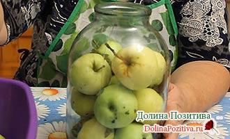 накладываем яблоки в банки
