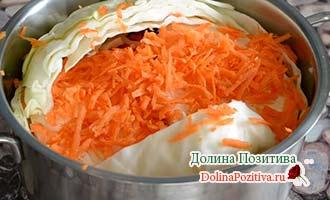 капуста с морковкой в кастрюле