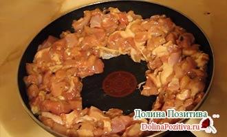 мясо со специями на сковороде