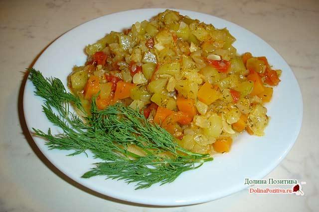 рагу с курицей и овощами на сковороде