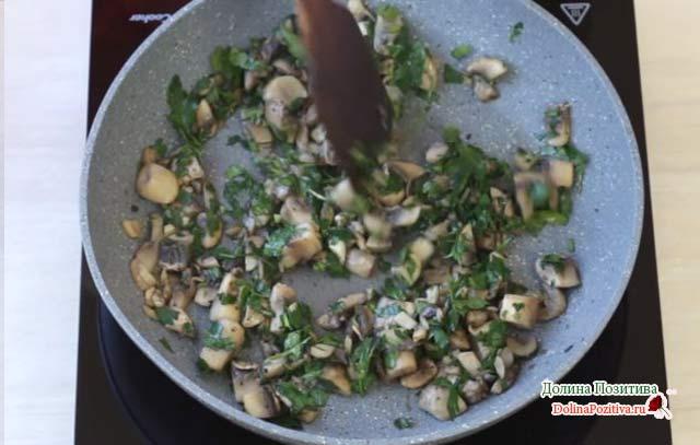грибы на сковороде с зеленью