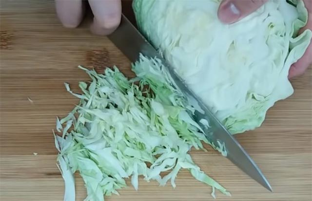 мелко шинкуем капусту