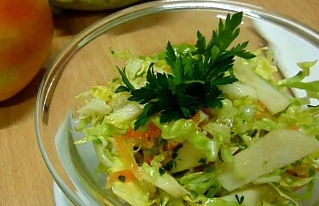 салат капустный с яблоками