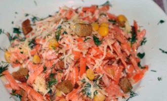 салат с кукурузой, морковью, сухариками