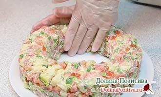 придаем форму салату