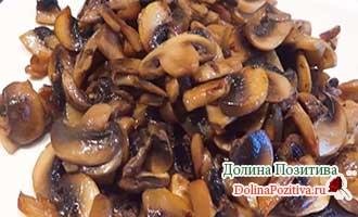 обжаренные грибы на тарелке