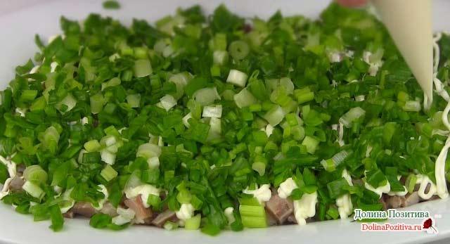слой зеленого лука в салат