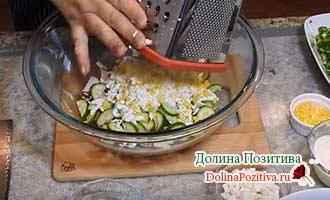 натираем яйцо для салата