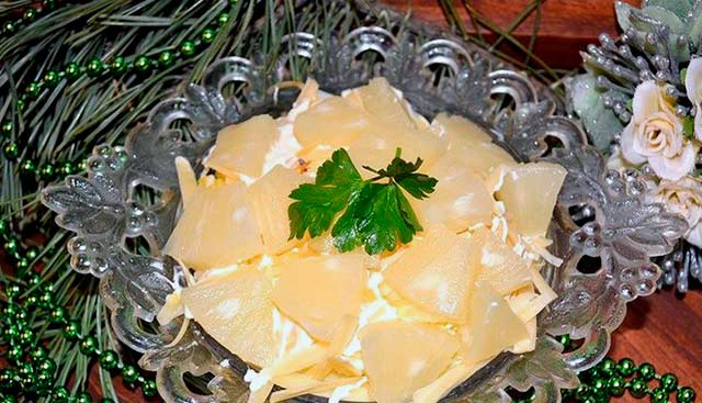 салат с груздями и ананасами