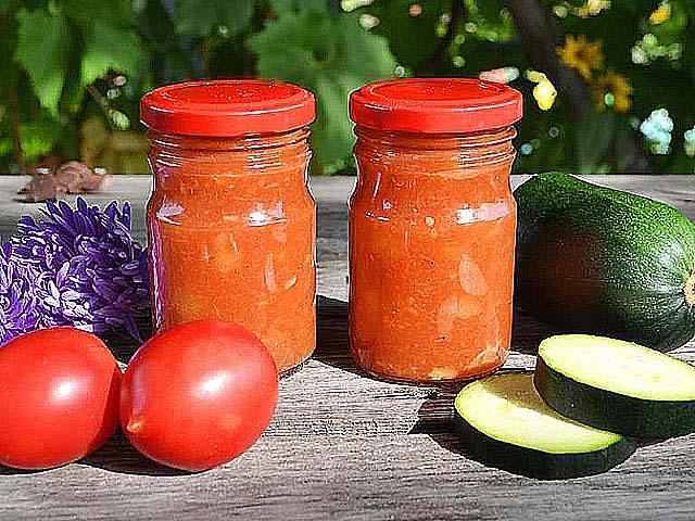 С томатной пастой, луком и морковью