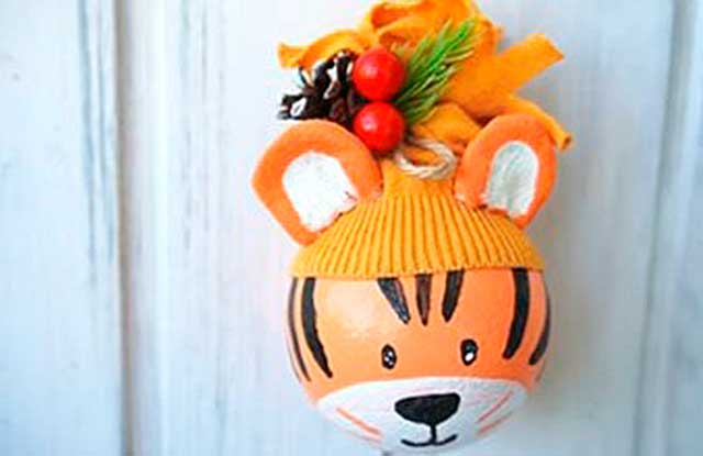 тигр из елочного шарика